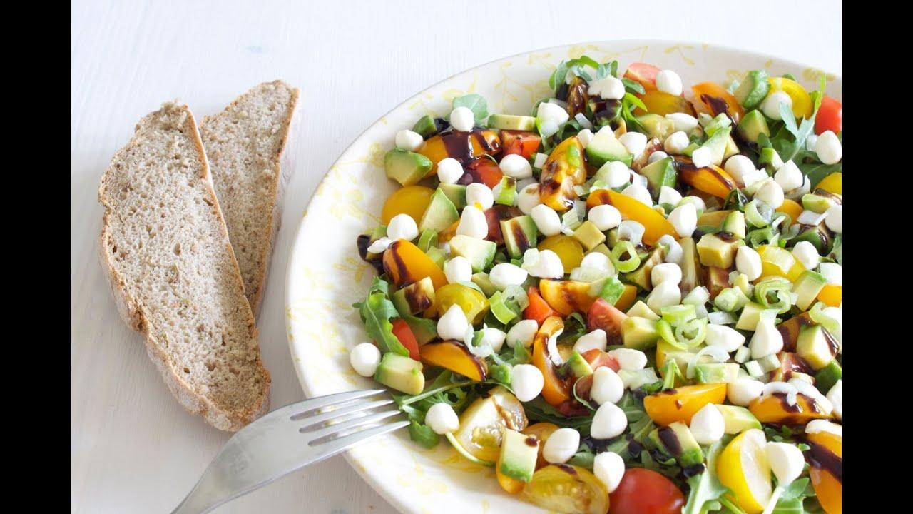 tomaten rucola salat rezept mit avocado und mozzarella sommersalat youtube. Black Bedroom Furniture Sets. Home Design Ideas