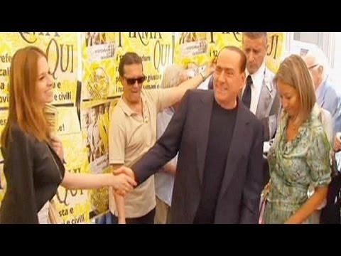 Berlusconi'nin siyasi hayatı bıçak sırtında
