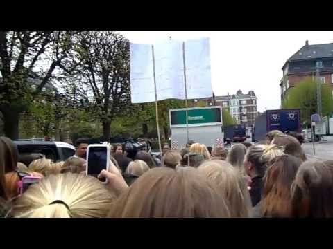 Fællessang bag ved Forum. 10. maj 2013. One Direction Take Me Home Tour