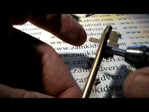 Взлом отмычками    Изготовление самодельного натяжка.avi (доступность изготовления самодельных отмычек для уязвимых сувальдных замков)