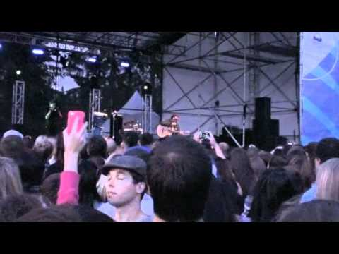 Jason Mraz came to the Olympic Plaza in Whistler(full 1)