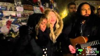Мадонна спела на улице Парижа в память о жертвах терактов(После концерта в Париже Мадонна устроила еще одно импровизированное выступление на площади Республики,..., 2015-12-10T12:28:47.000Z)