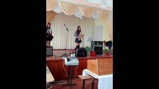Девушка играет на Саксофоне