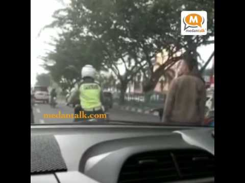 Pekanbaru - Seorang pria oknum TNI memukul anggota polisi lalu lintas (Polantas) di jalan Sudirman