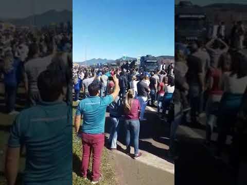 Greve População clama para o exército brasileiro em rodovia