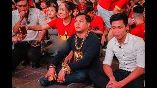 Đại gia đeo 13 ký vàng trị giá 13 tỷ ra phố đi bộ, ngồi đất cổ vũ cho đội tuyển Việt Nam