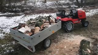 Traktorek Simplicity w akcji z przyczepką pełną drewna