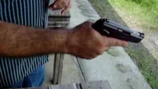 Cómo cargar y empuñar una pistola semi-automática