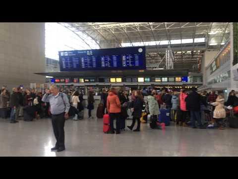 Аэропорт Франкфурта, очередь на регистрацию на рейс МАУ, Киев