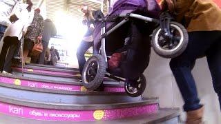Мама с коляской не может подняться в торговый центр