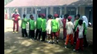 Pembelajaran Penjas melalui permainan transfer bola di SDN BAgendit 2.mp4