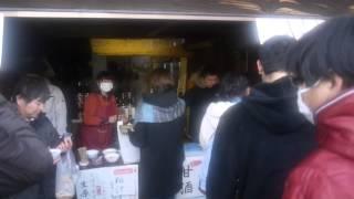 白河だるま市2014 創業130年の造り酒屋「白陽」前。 甘酒や粕汁、もちろ...