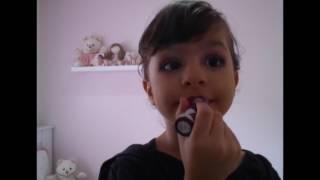 video engraçado de criança se maquiando