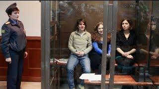 Одну з учасниць Pussy Riot звільнили у залі суду