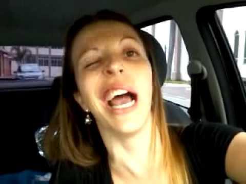 """TENTE NÃO RIR! - Ari """"cascando"""" sozinha depois da anestesia do dentista."""