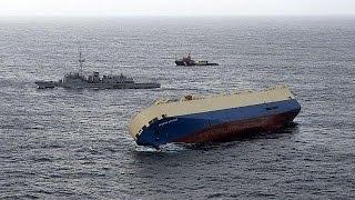 Ни отбуксировать, ни выровнять... Дрейфующее судно приближается к французскому берегу(, 2016-01-31T14:24:23.000Z)