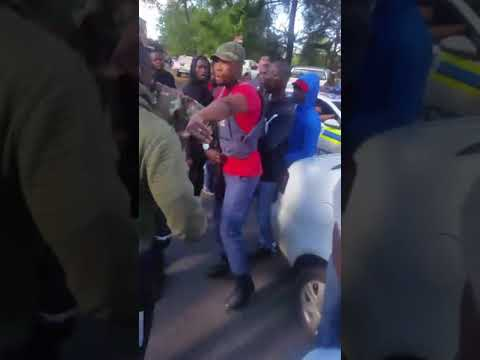 Videos 2 : Nigerians confront South African police officers who killed 25 year old Nigerian student