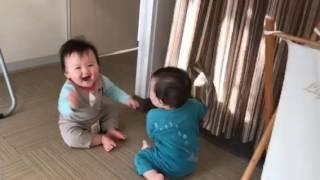 10ヶ月の双子くんたち。最近はカーテンを使ってのいないいないばあがと...