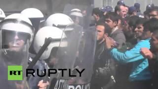 بالفيديو.. اشتباكات بين لاجئين وشرطة مكافحة الشغب في اليونان
