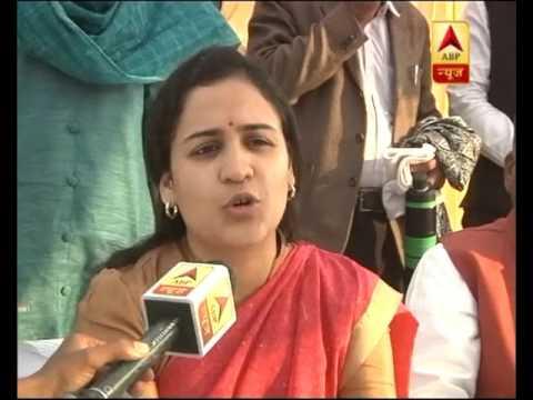 Jan Man: When Aparna Yadav touched Akhilesh Yadav's feet on stage