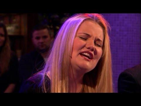 Nederlandse Laura laat uniek zangtalent horen - RTL LATE NIGHT