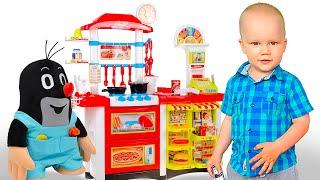 Малыш Мики готовит на детской игровой кухне ужин для кротика и зайчика. Детский ресторан фаст фуд