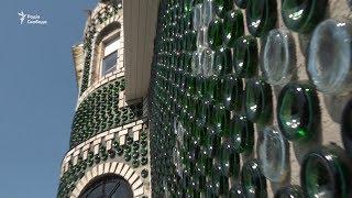 Під Запоріжжям звели енергозберігаючий будинок з пляшок з під шампанського