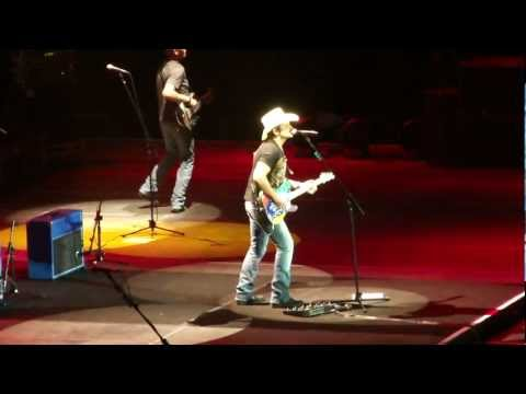 Brad Paisley - Workin' On A Tan (Live in London)