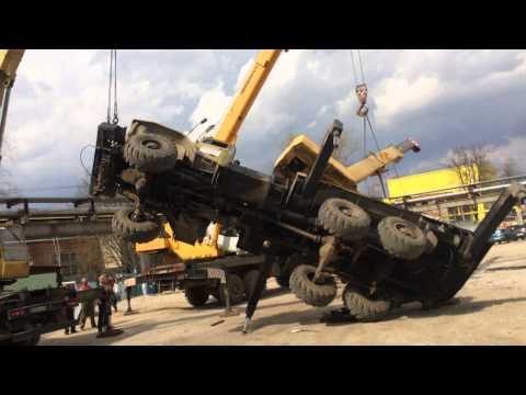 Два автокрана поднимают завалившийся автокран Урал, Калуга
