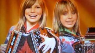 Repeat youtube video Twinnies in der Schweiz