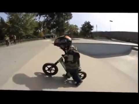 Беговел JDBug TC 04, видео мальчик на беговеле - YouTube