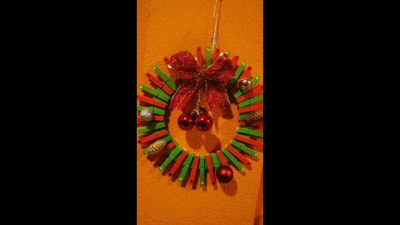 Corona de navidad con pinzas o ganchos de ropa primera for Perchas con ganchos