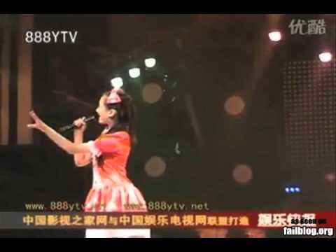 Cô gái lộ hát nhép vì cầm micro ngược   VnExpress