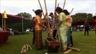 Perayaan 100 Tahun Injil Masuk Toraja di Cibubur 2 Menumbuk Padi Ma 39 lambuk Pare