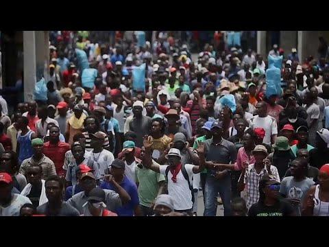 Haitianos pedem demissão do presidente nas ruas