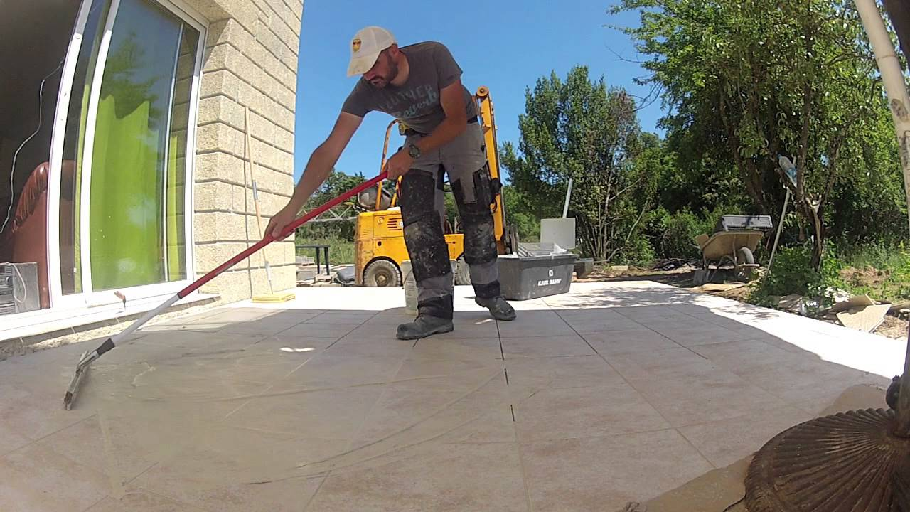 Poser du carrelage sur une terrasse youtube for Poser carrelage terrasse dalle beton