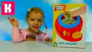 Катя юный художник рисует картинки красками на установке Junior Artist ELC unboxing set toy