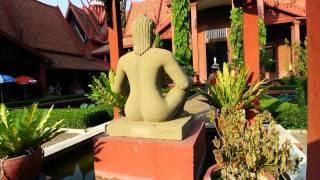 ライ王の座像は、ライ病患者であったバラモン教の富の神クベーラの像、...