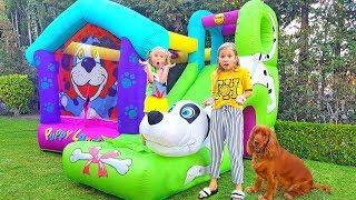 Дети строят надувной игровой домик для щенка / Сказки для Евы