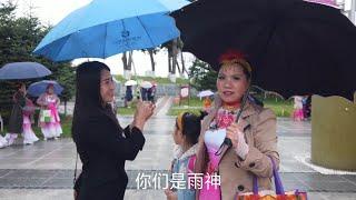 【新红与小新】老妈又逢下雨天演出?双胞胎女儿撑伞来捧场 最后能否登上台?#新红与小新