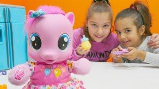 Polen ile oyuncak Pinkie Pie'ya bakıyoruz. Bebek oyunu. #Türkçeizle! Kız çocuk videoları