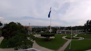 SAN SALVADOR, REDONDEL MASFERRER Y CICLOVIA MERLIOT. EL SALVADOR.