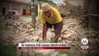Busca ladrillos enteros para volver a construir su casa