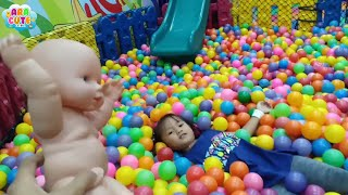 Ara Bermain Di Playground Ditemani Boneka Bayi Lucu