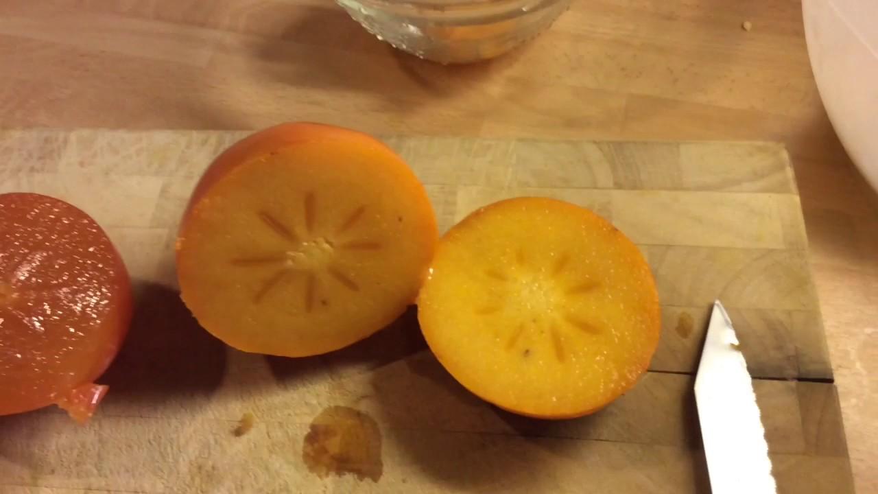 Fruitarier Toont Rijpe En Niet Rijpe Kaki S En Fruitvoorraad