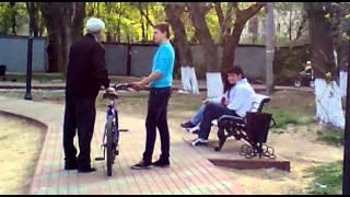 пьяный мужик на велосипеде. второе падение ласточкой :D(падал два раза :D., 2011-08-02T17:04:00.000Z)