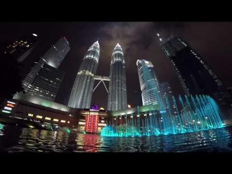Kuala Lumpur Fountain show beside to Petronas twin towers / Куала Лумпур