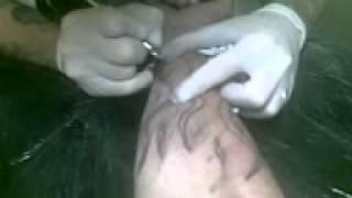 Chester fazendo tatoo