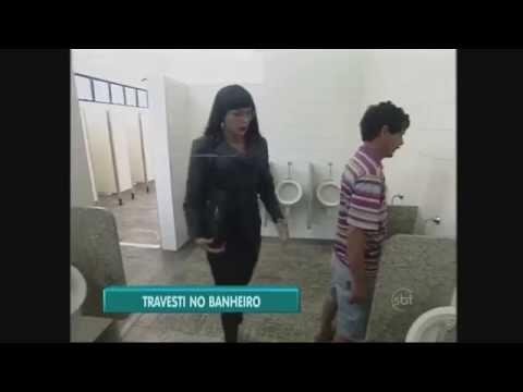 Caméra cachée : un travesti va dans les toilettes pour homme thumbnail