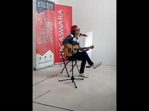 Live alpha syah memakai topi merah dg membawakan lagu DARLING